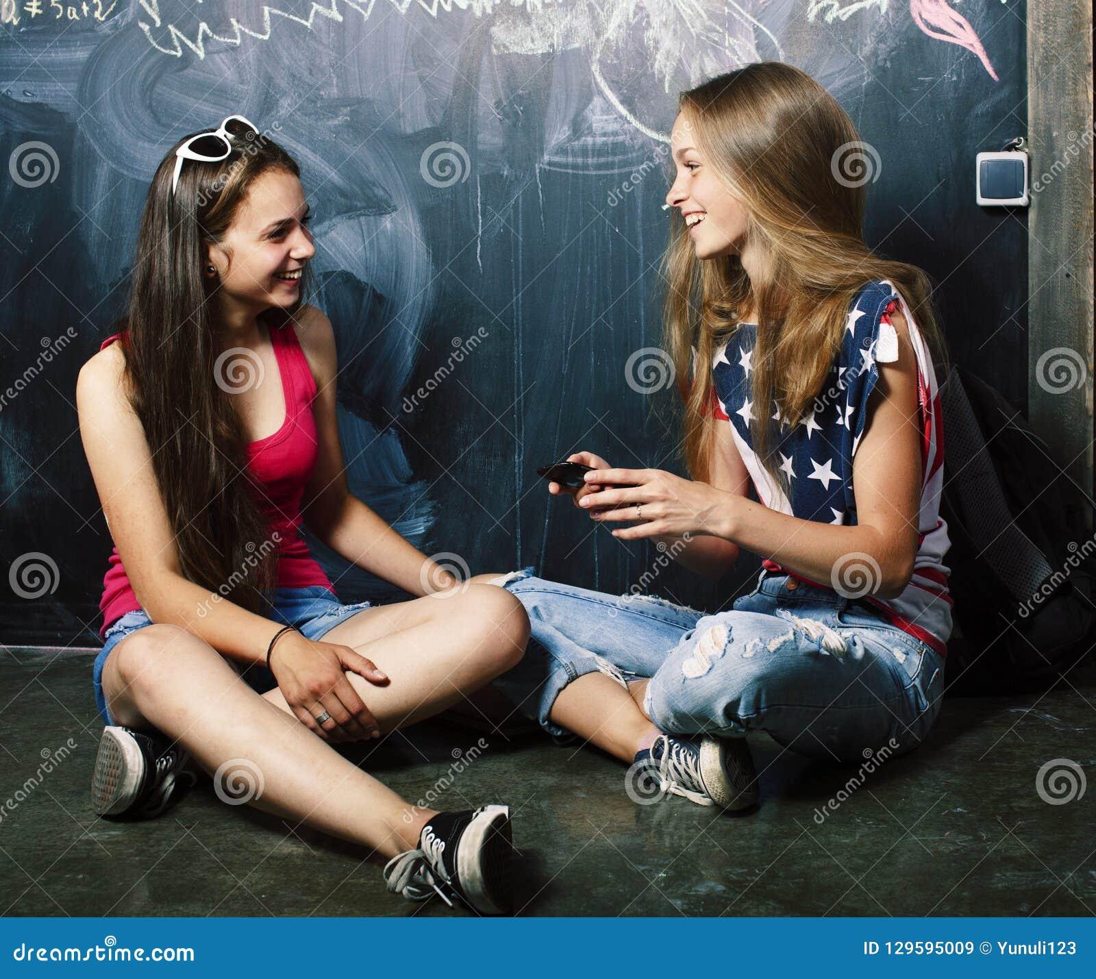 回到学校在暑假以后,分类的两个青少年的真正的女孩