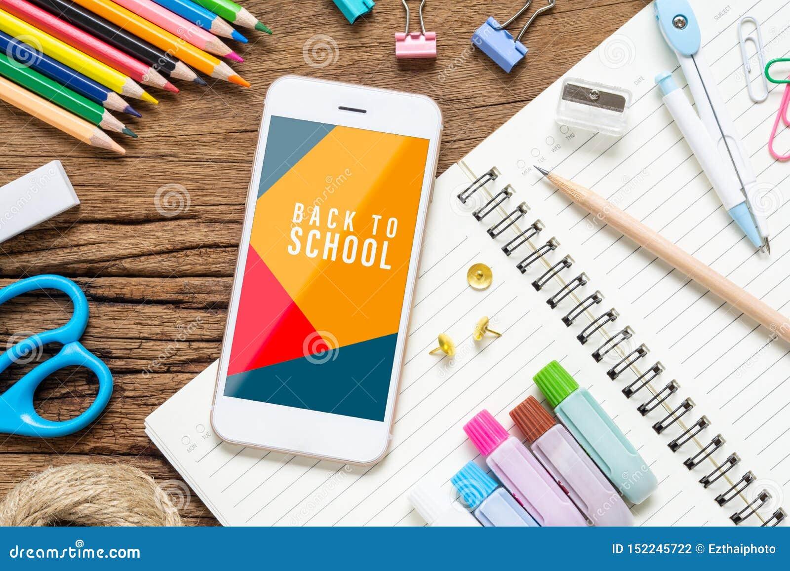 回到学校背景概念 嘲笑您的艺术品的手机与在生锈的求爱的背景的学校固定式项目,