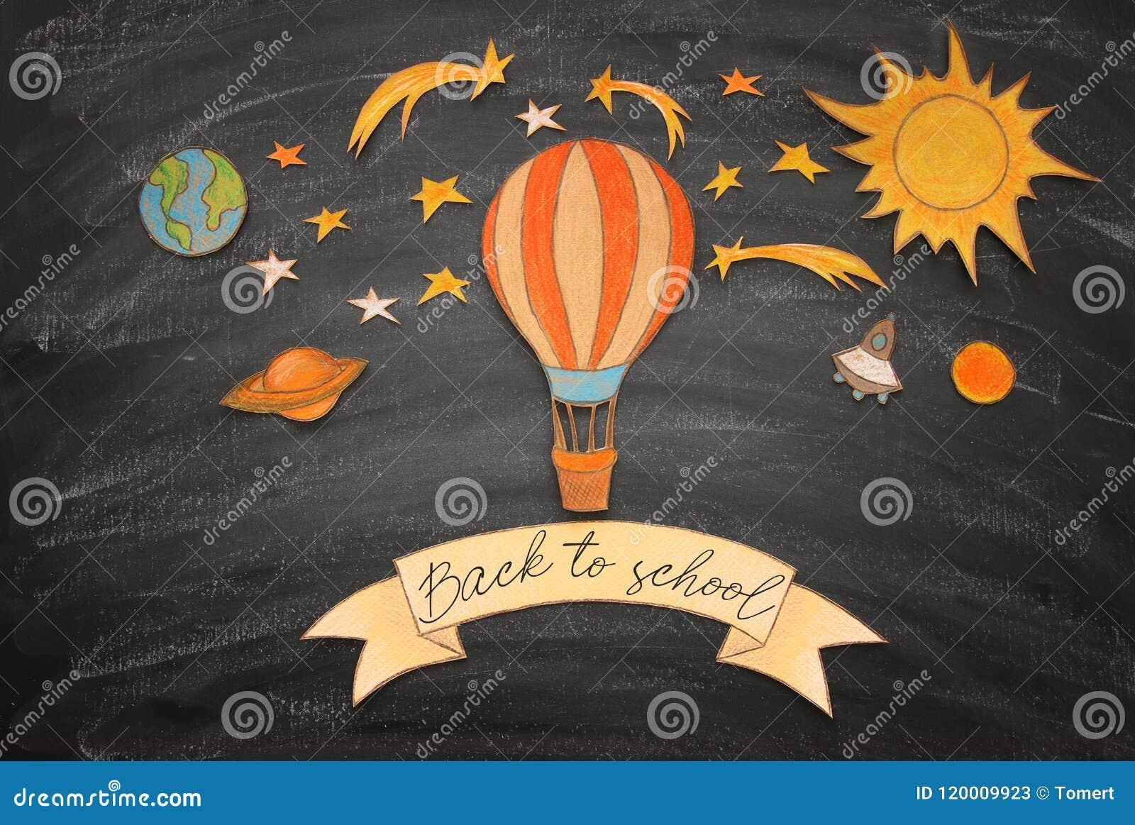 回到概念学校 热空气气球,空间元素形状裁减从纸和绘在教室黑板背景