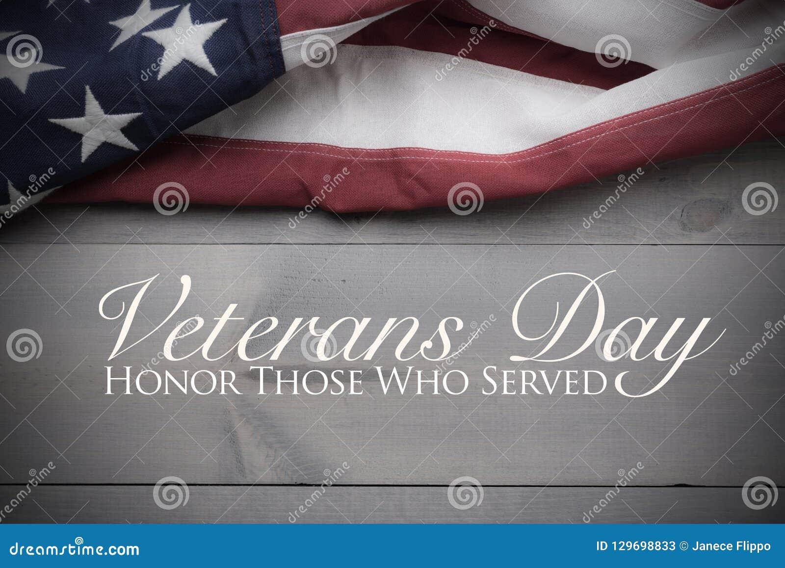 团结的旗子在与拷贝空间退伍军人日进贡的灰色板条背景心满意足