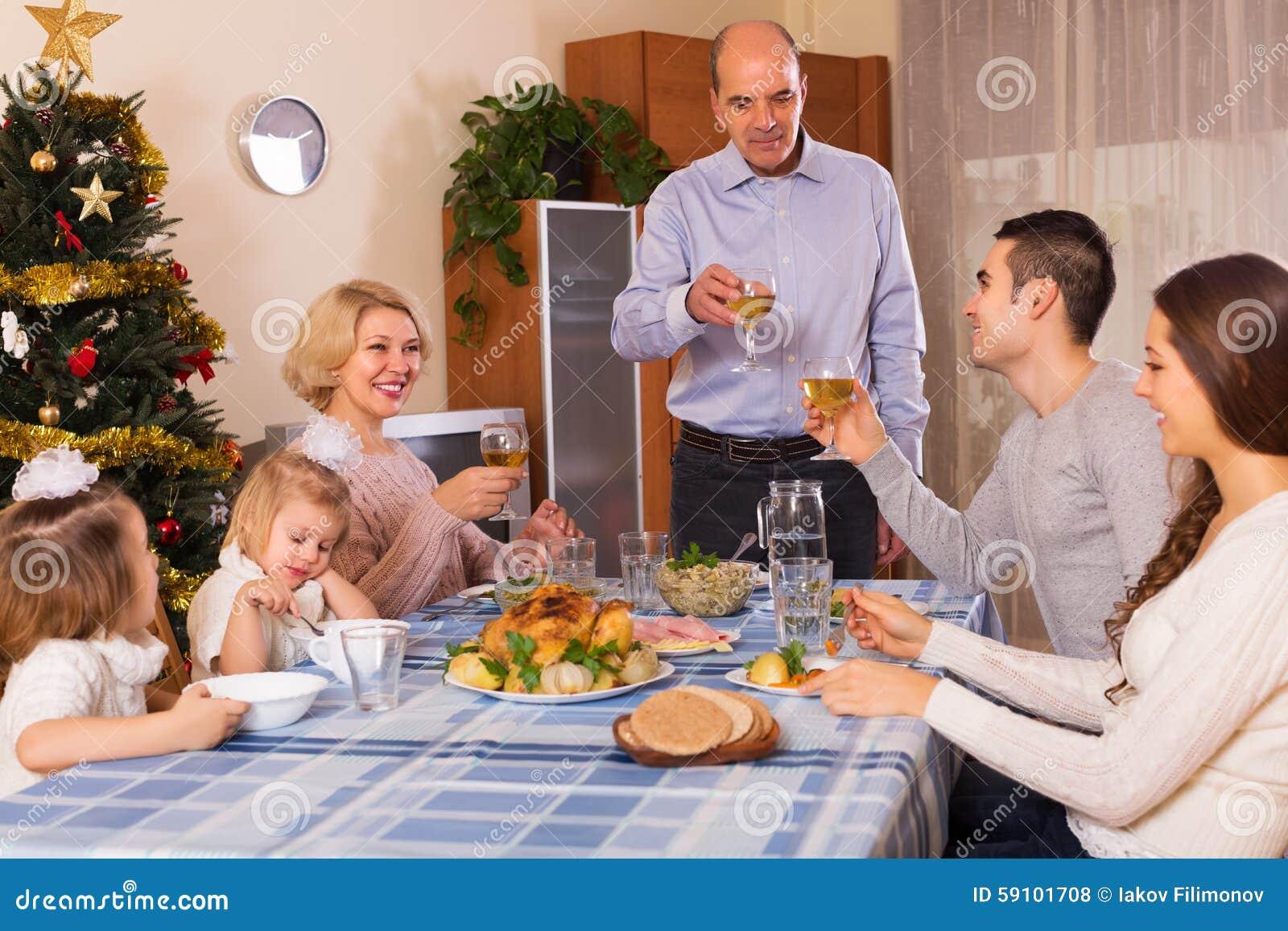 团结的家庭在欢乐桌上