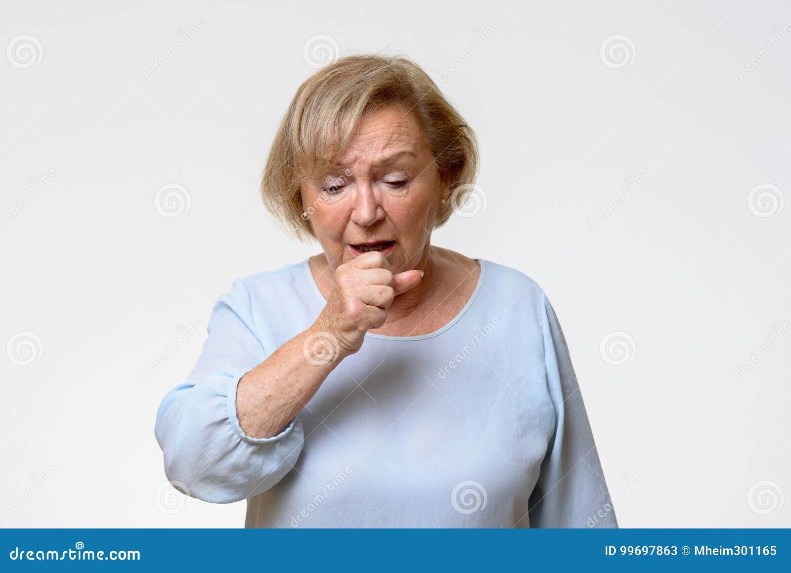 困厄的资深妇女咳嗽
