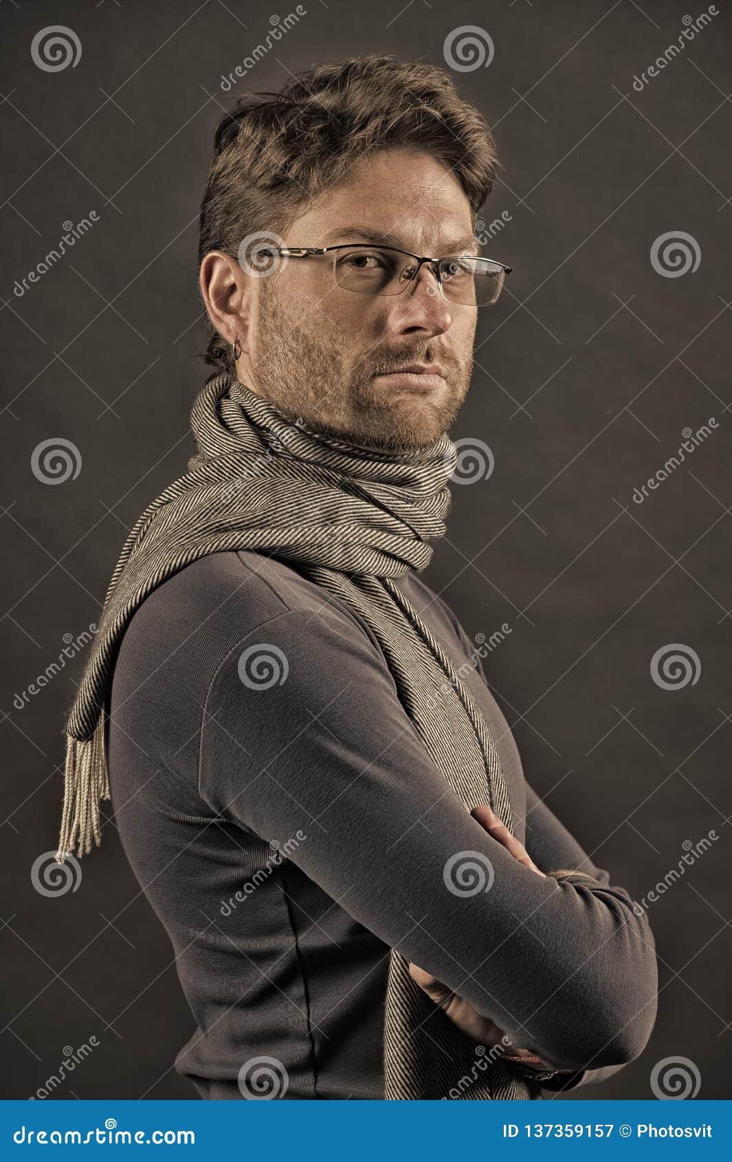 围巾和毛线衣的人用被折叠的手