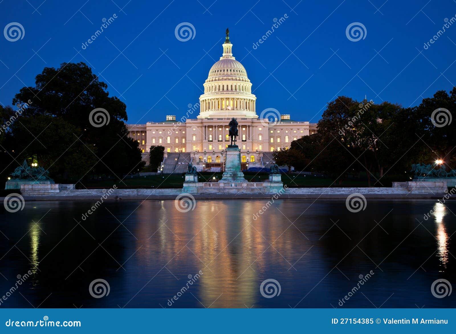 国会大厦在晚上