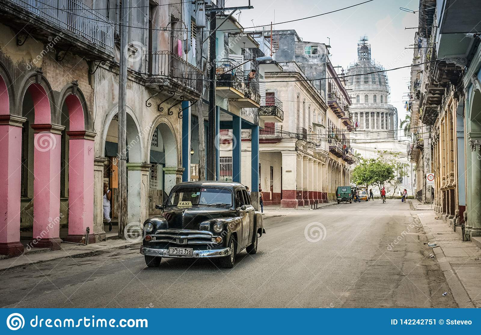 国会大厦,一条街道在哈瓦那中部