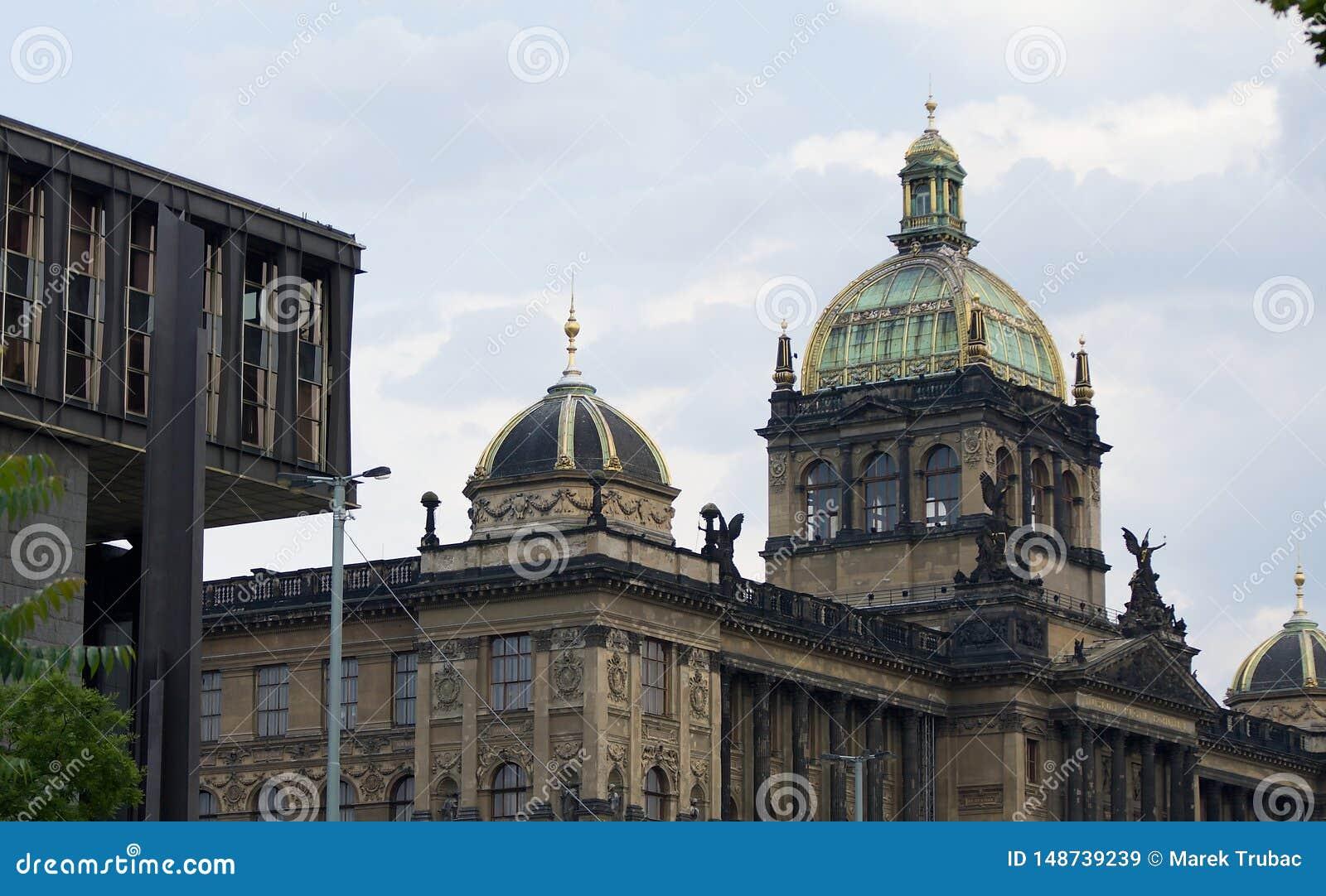 国家博物馆在有玻璃圆顶和现代部分的布拉格