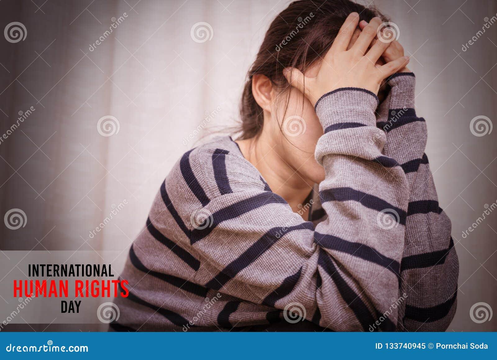 国际国际人权日概念,坐在暗室的沮丧的妇女,单独,悲伤,情感概念