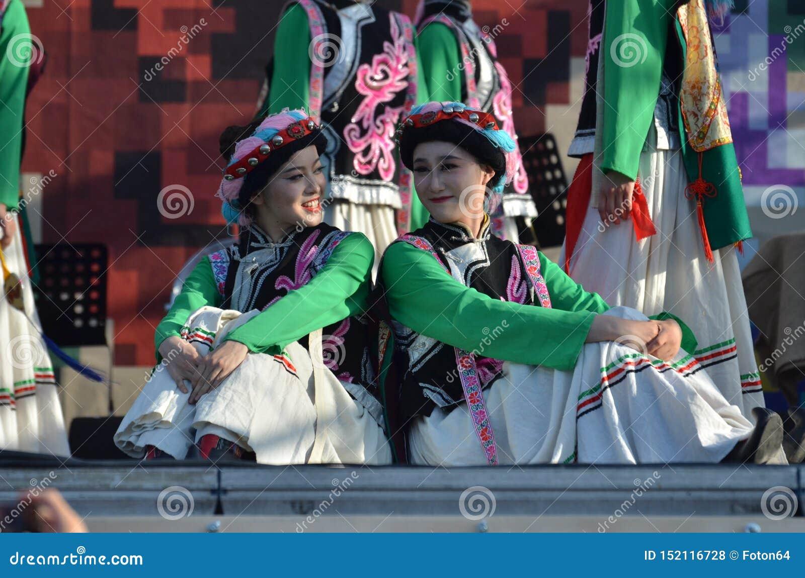 国际民间传说节日:传统服装的中国艺术家