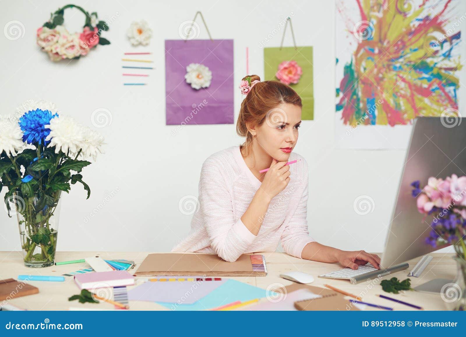年轻以图例解释者在工作