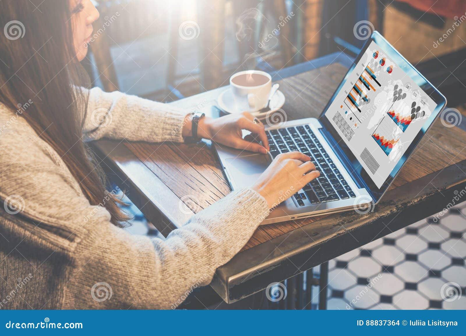图表和图在屏幕上 分析数据的妇女 在网上学会的学生 工作的自由职业者在家