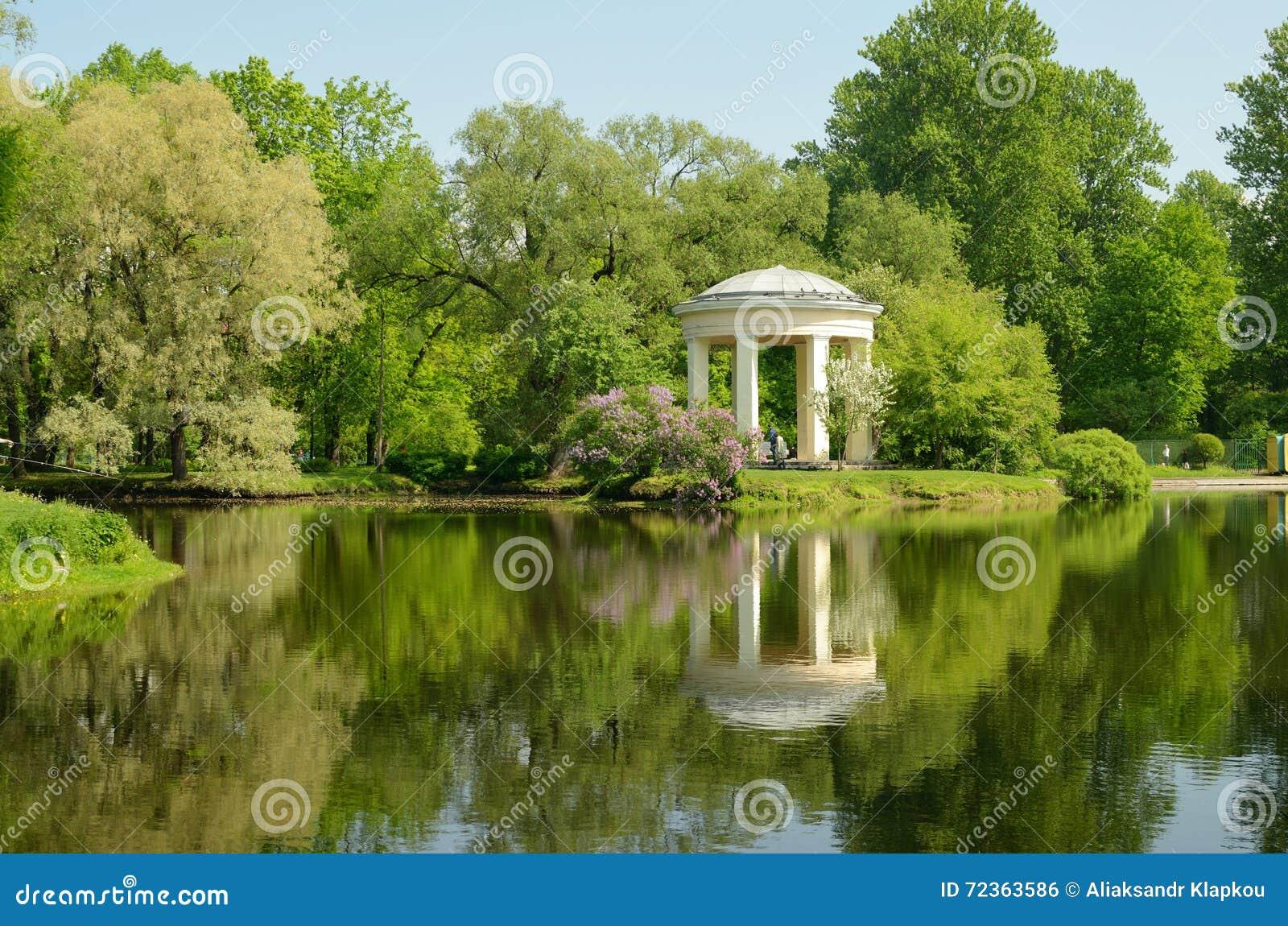 圆形建筑眺望台在公园Ekateringofka