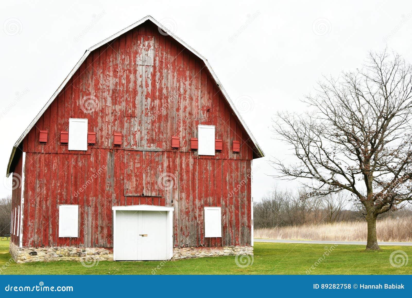 土气红色谷仓