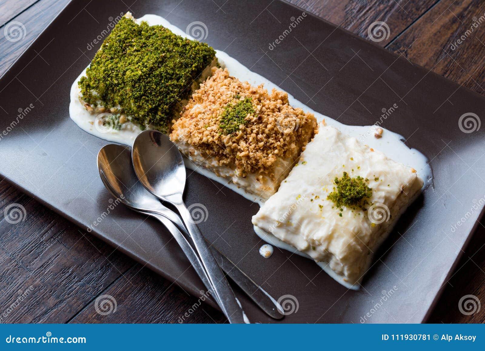 土耳其牛奶点心用Gullac和牛奶店果仁蜜酥饼面团做的Sutlava