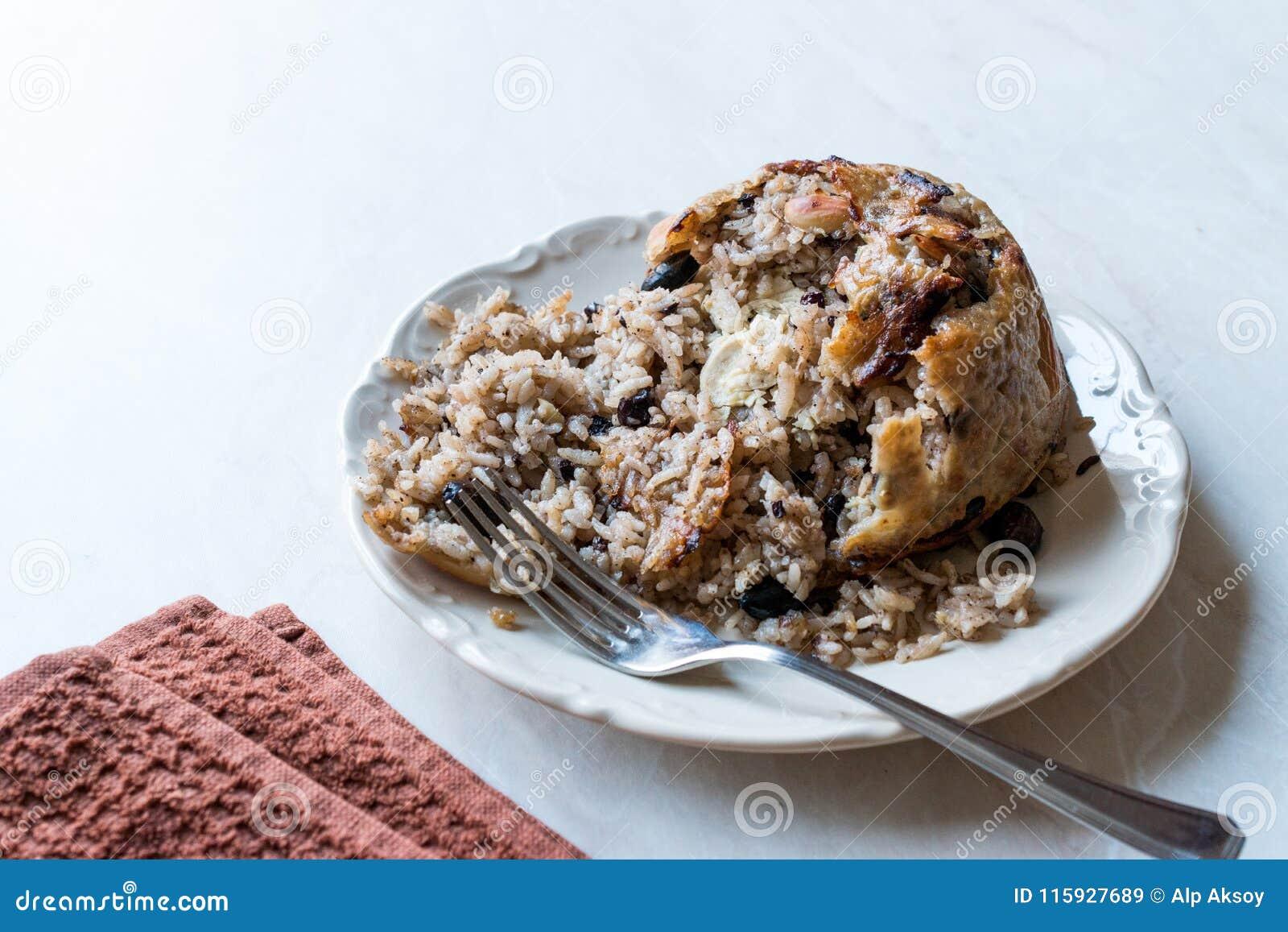avi瑟瑟图_土耳其语perde pilavi/装饰与鸡,杏仁和葡萄干/pilav的肉饭.