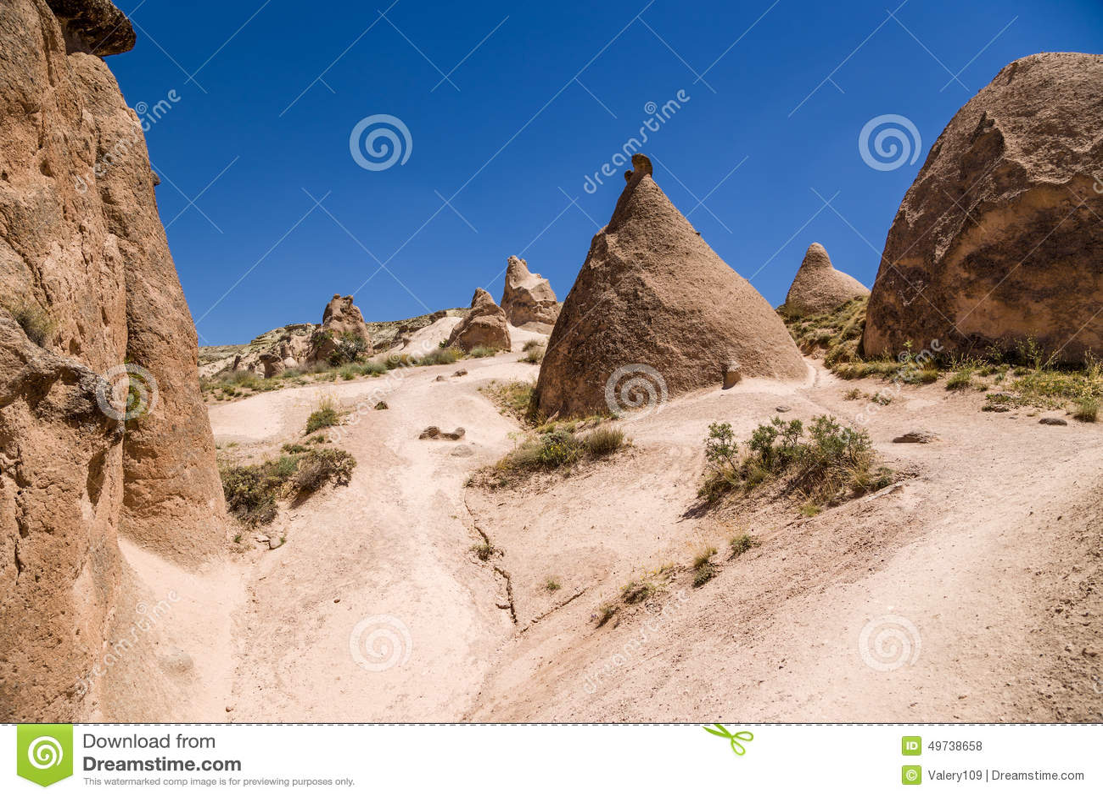 土耳其,卡帕多细亚 与风化柱子的美好的山风景在谷Devrent的