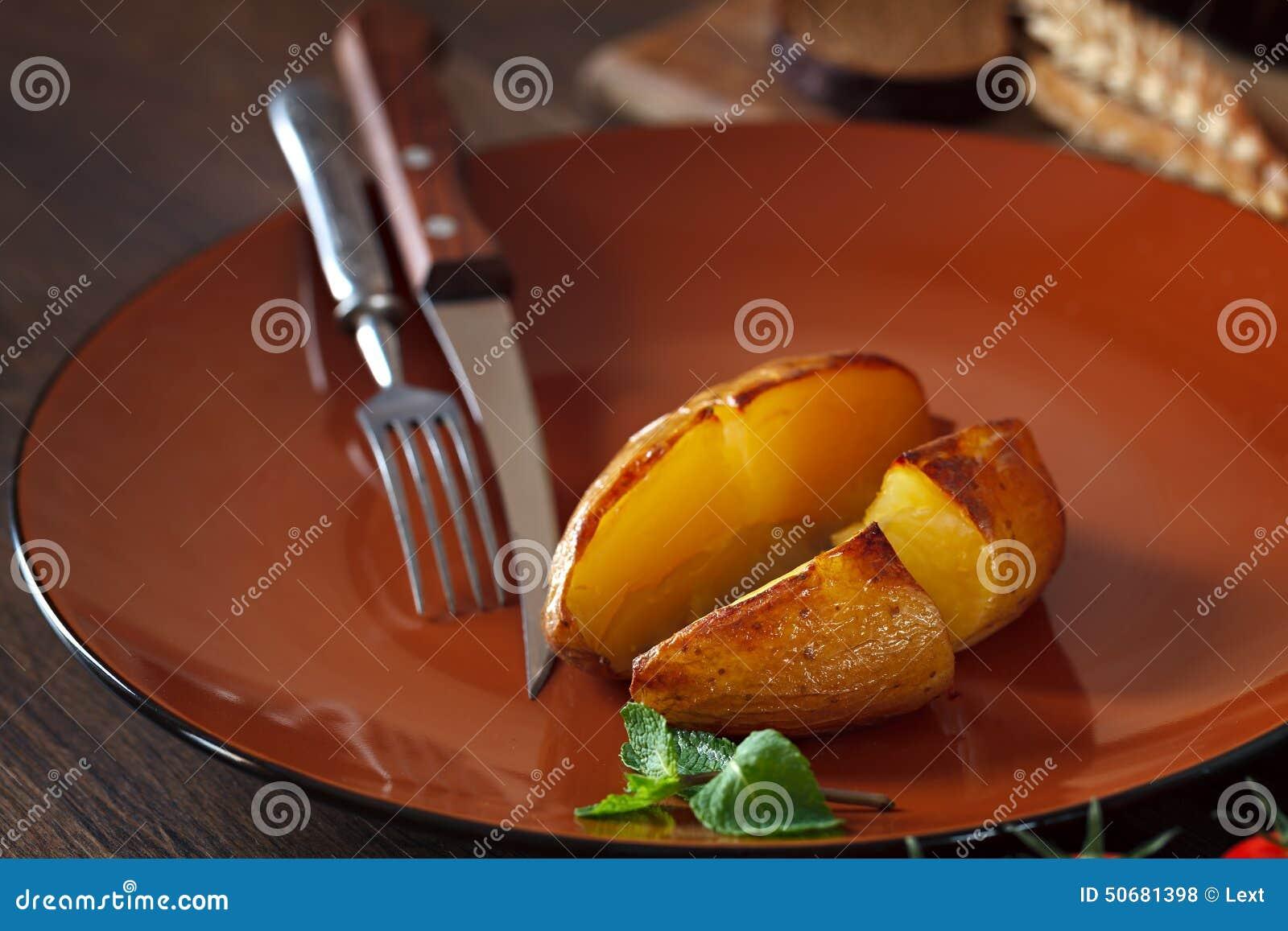 Download 土豆在桌上的黏土板材烘烤了 库存照片. 图片 包括有 巴西, 午餐, 叉子, 瓦器, 的treadled - 50681398