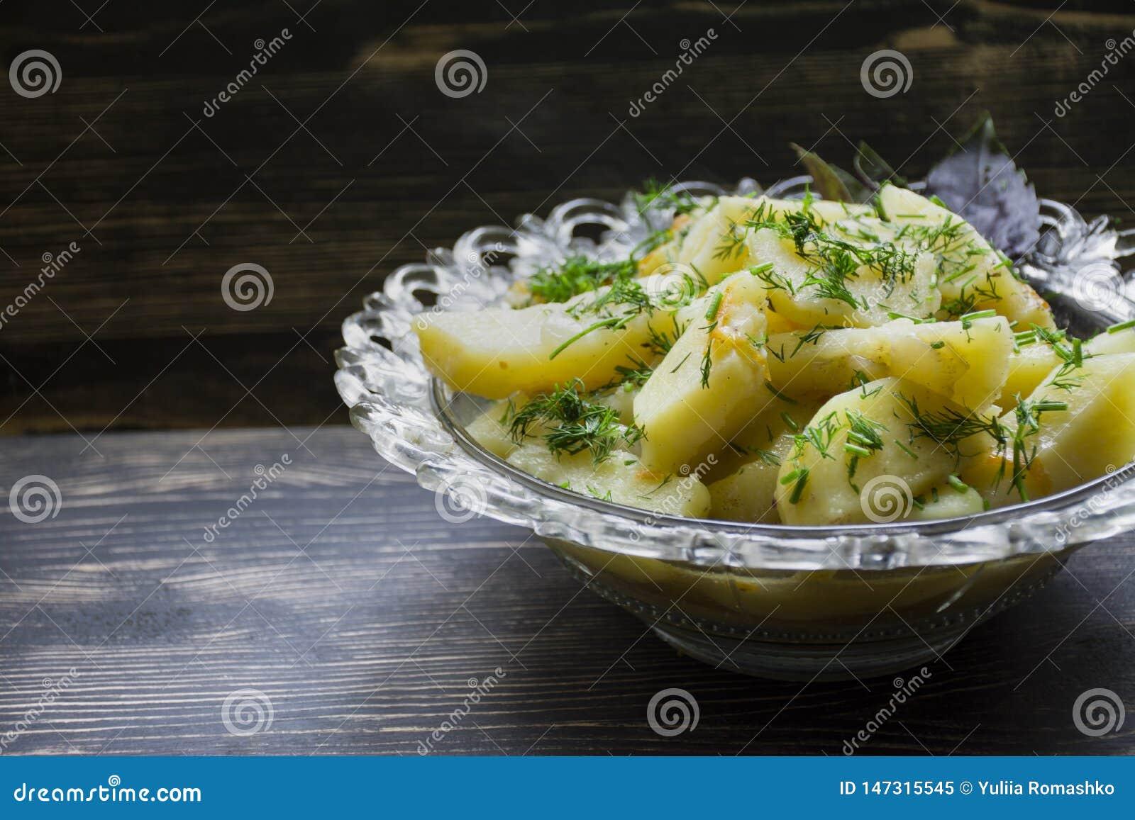 土豆炖与菜和草本 鲜美和滋补午餐