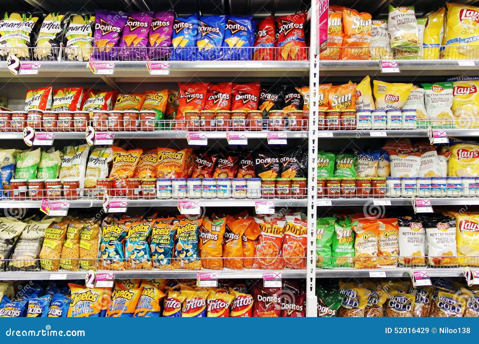 土豆片和快餐在超级市场