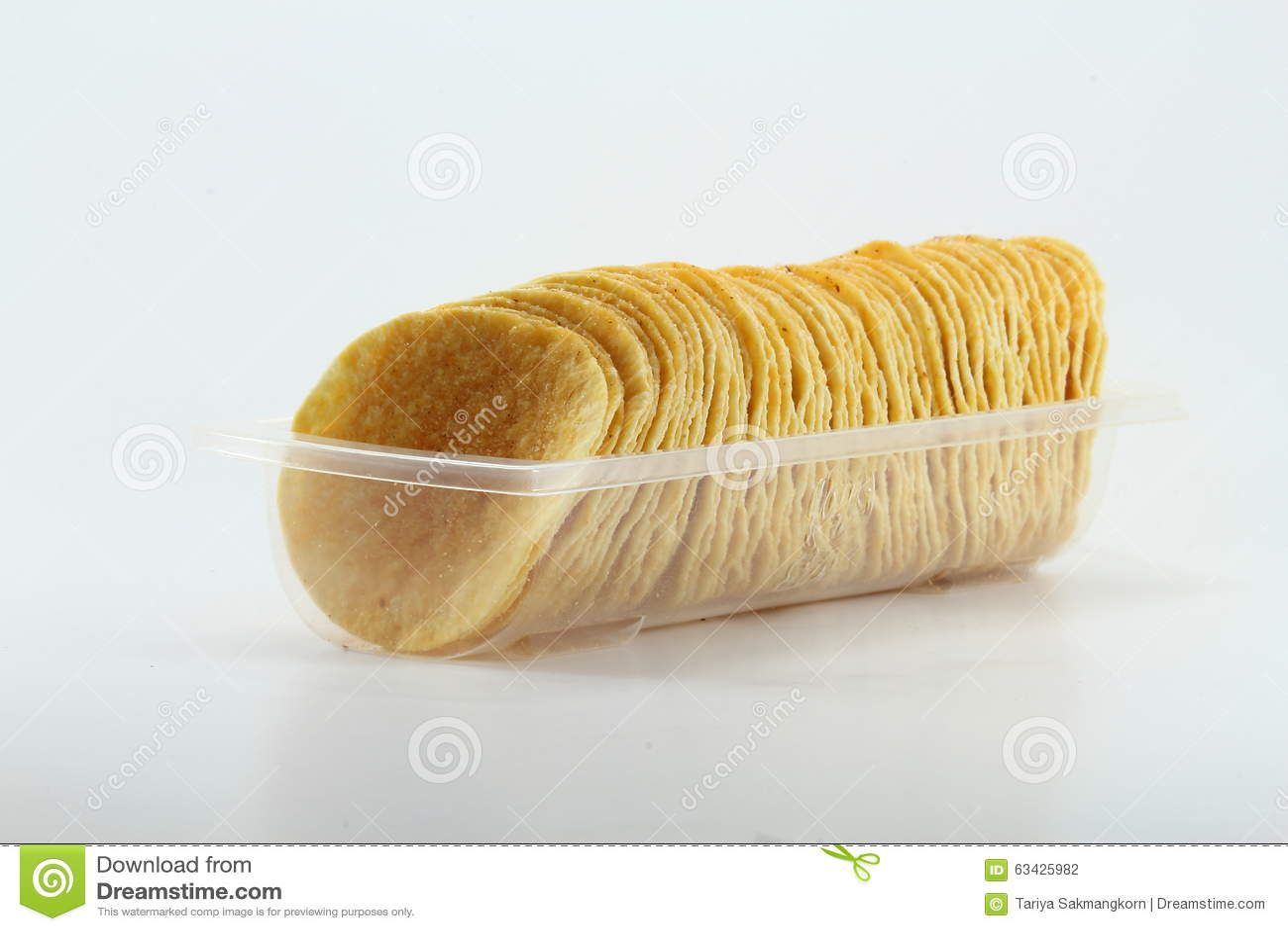 土豆片行在清楚的盘子的