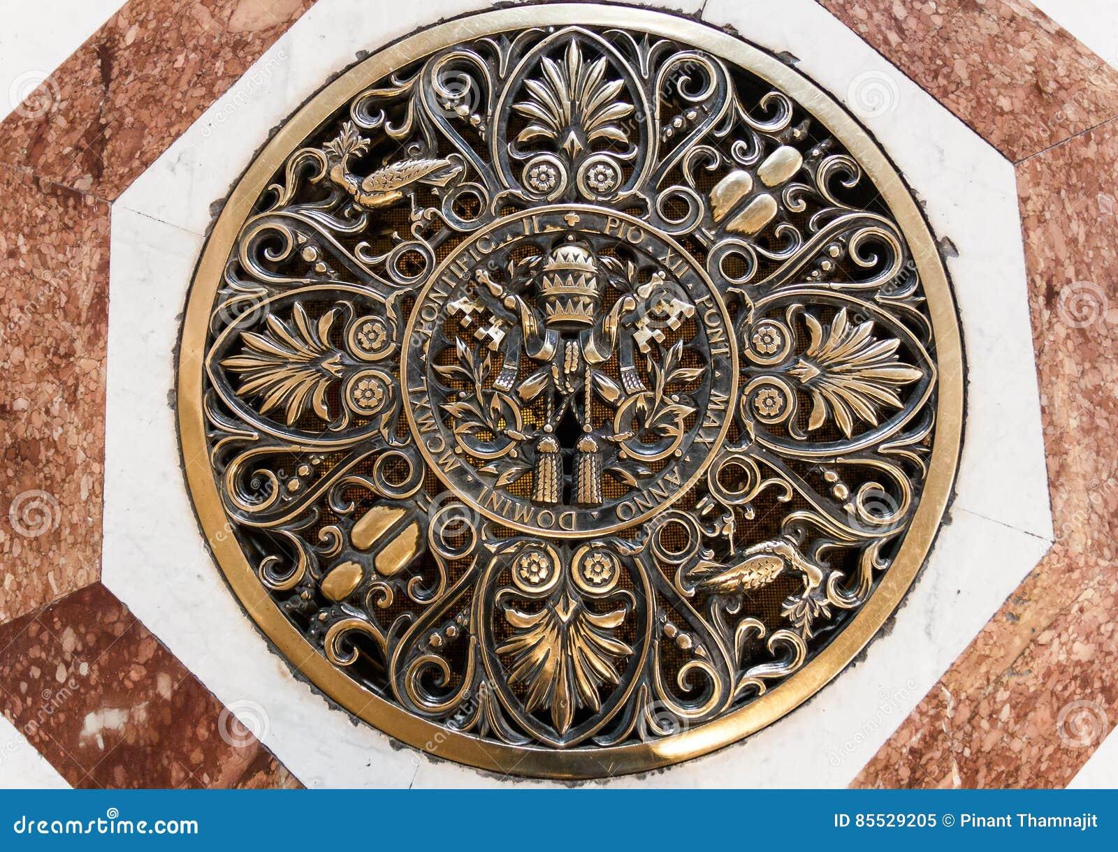 圣伯多禄` s在地板上的大教堂艺术在大教堂里面