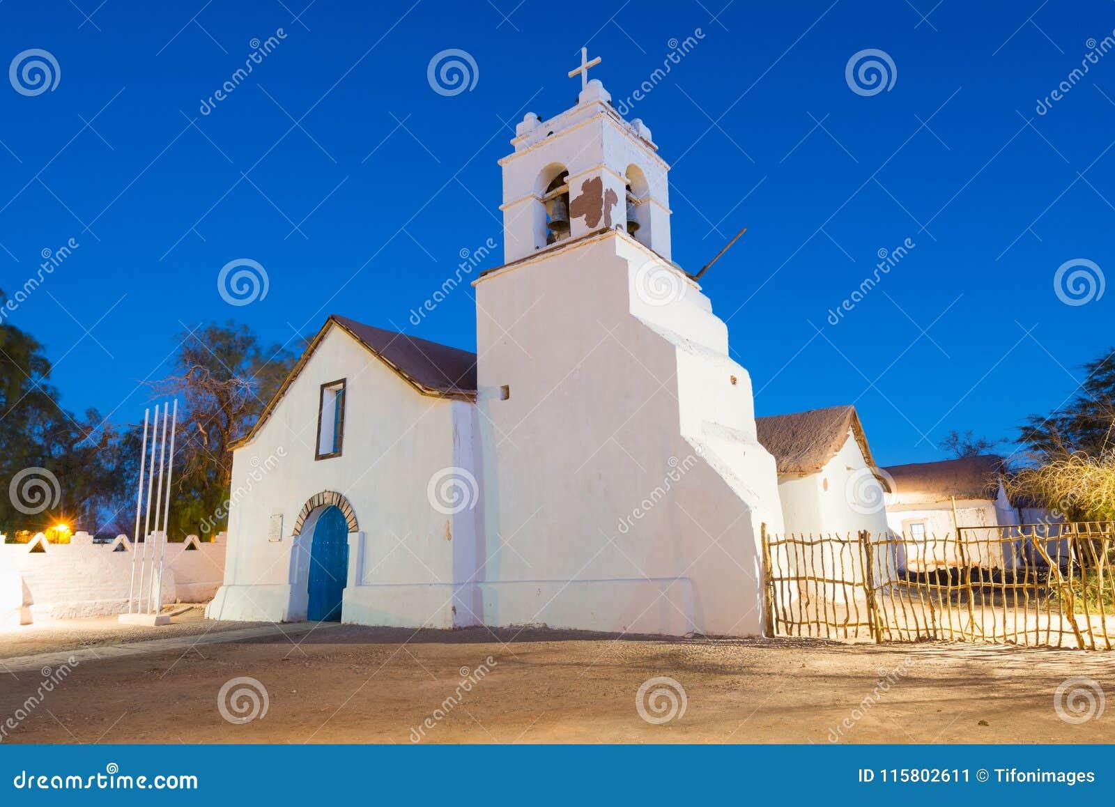 圣佩德罗火山在大广场的de阿塔卡马教会在阿塔卡马沙漠