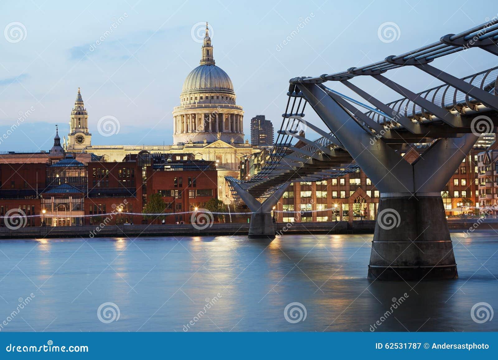 圣保罗的大教堂和千年桥梁在伦敦,平衡