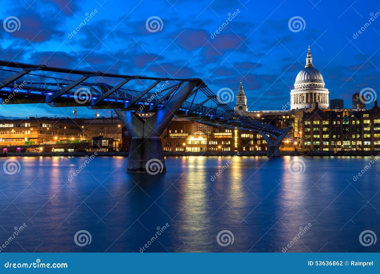 圣保罗的大教堂和千年桥梁在伦敦,英国