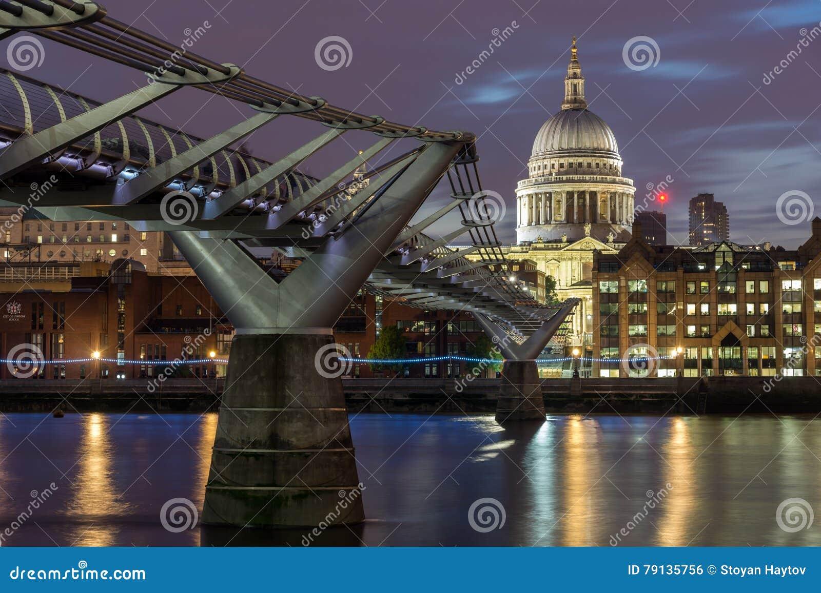 圣保罗& x27惊人的夜视图; 从泰晤士河,伦敦,英国的s大教堂