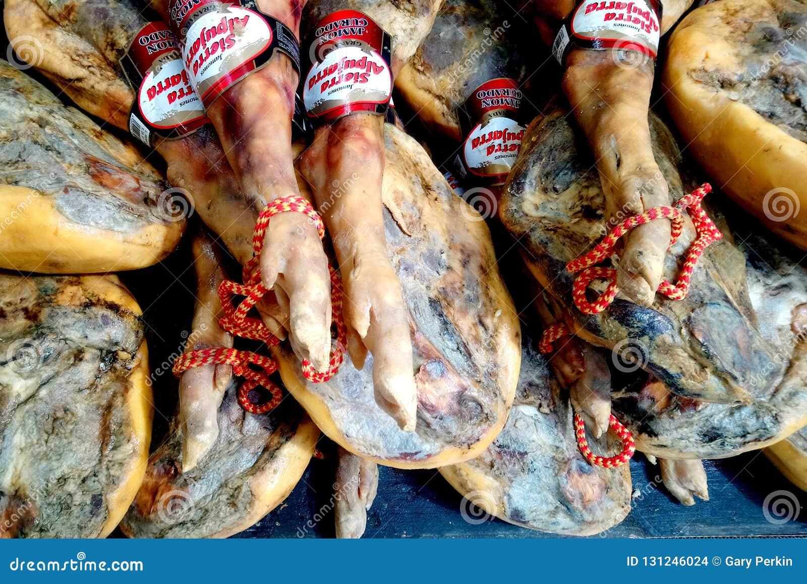 圣哈维尔,西班牙- 2018年7月29日:整个被治疗的火腿腿待售在西班牙超级市场