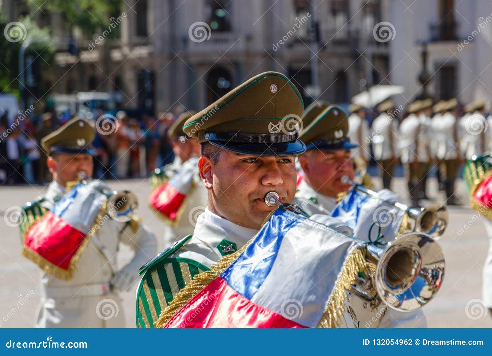 圣地亚哥,智利- 11月5:弹喇叭的Canabineros在仪式改变卫兵在帕拉西奥de la莫内达在桑蒂