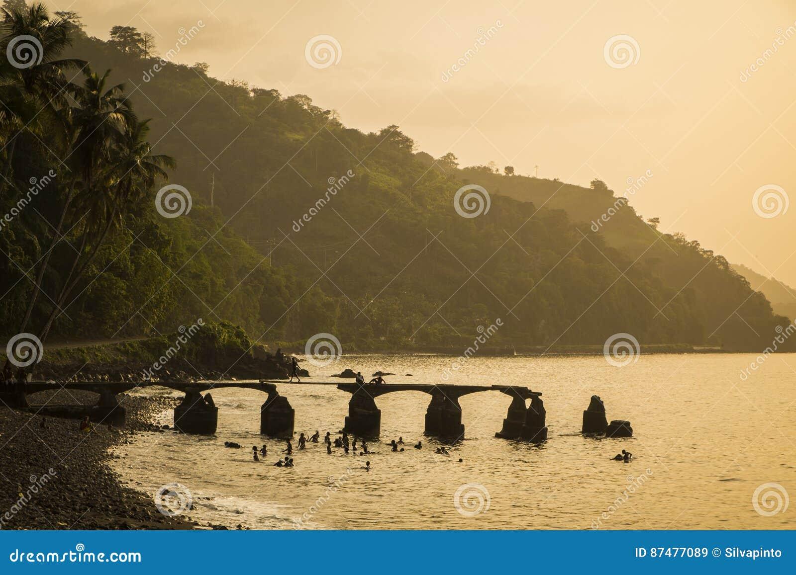 从圣多美海岛农村海岸的日落