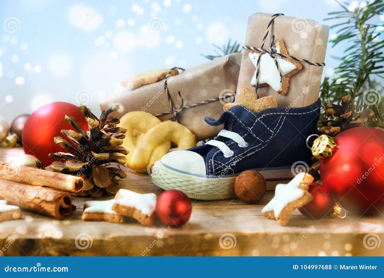 圣尼古拉斯天,儿童有甜点的` s鞋子,礼物和christm