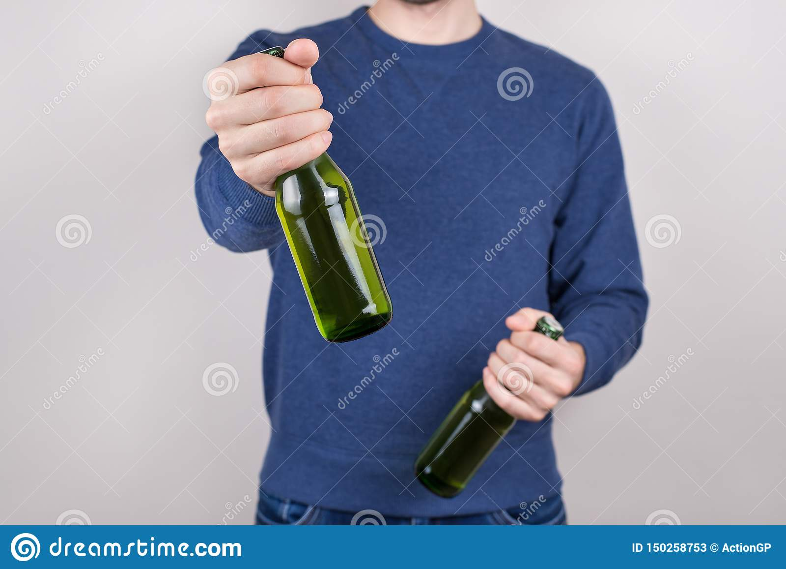 圣帕特里克天概念 醉酒的英俊的正面人藏品瓶播种的特写镜头照片鲜美新鲜的啤酒在手中