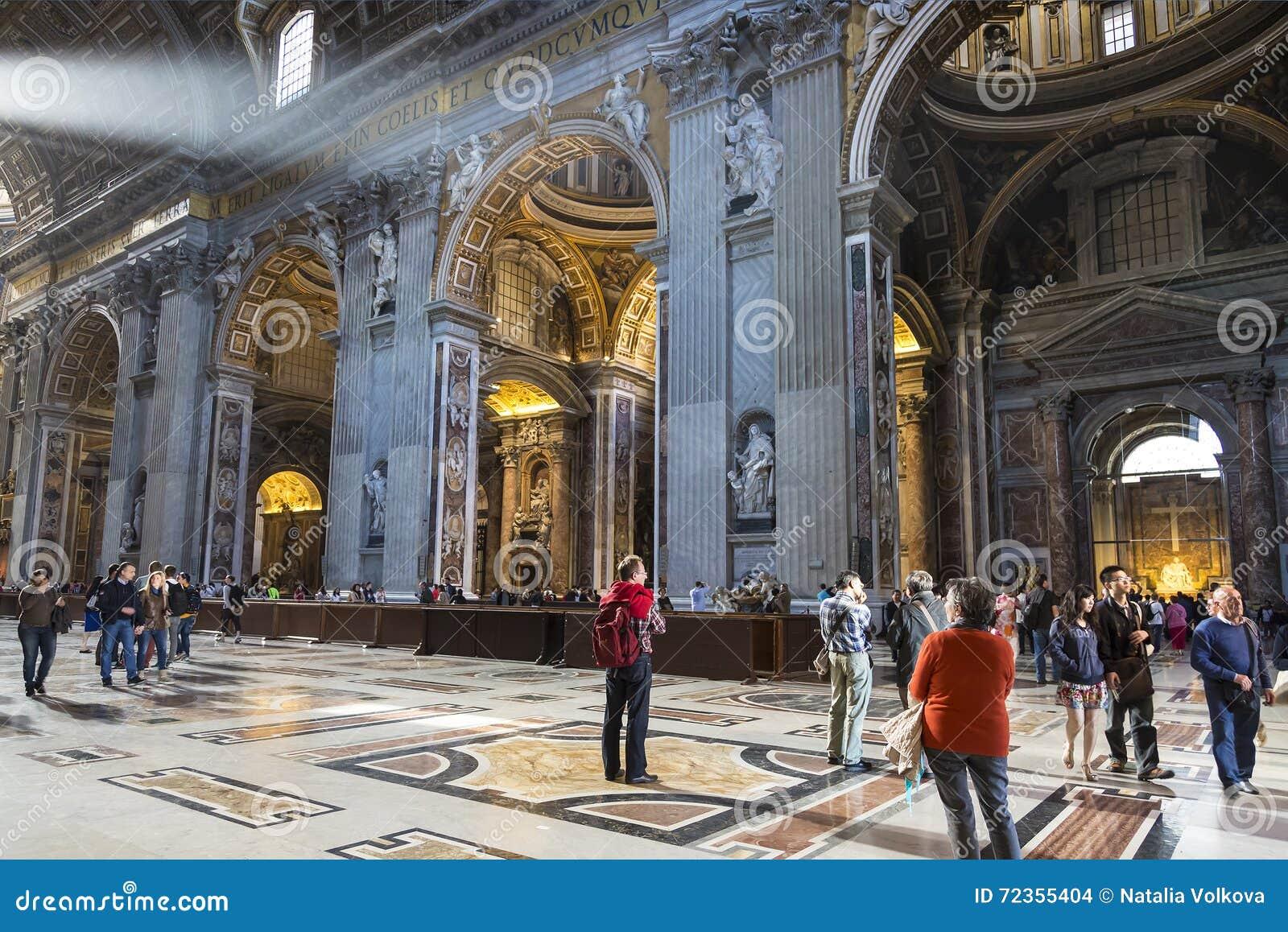 圣彼得大教堂内部2014年5月5日的在梵蒂冈