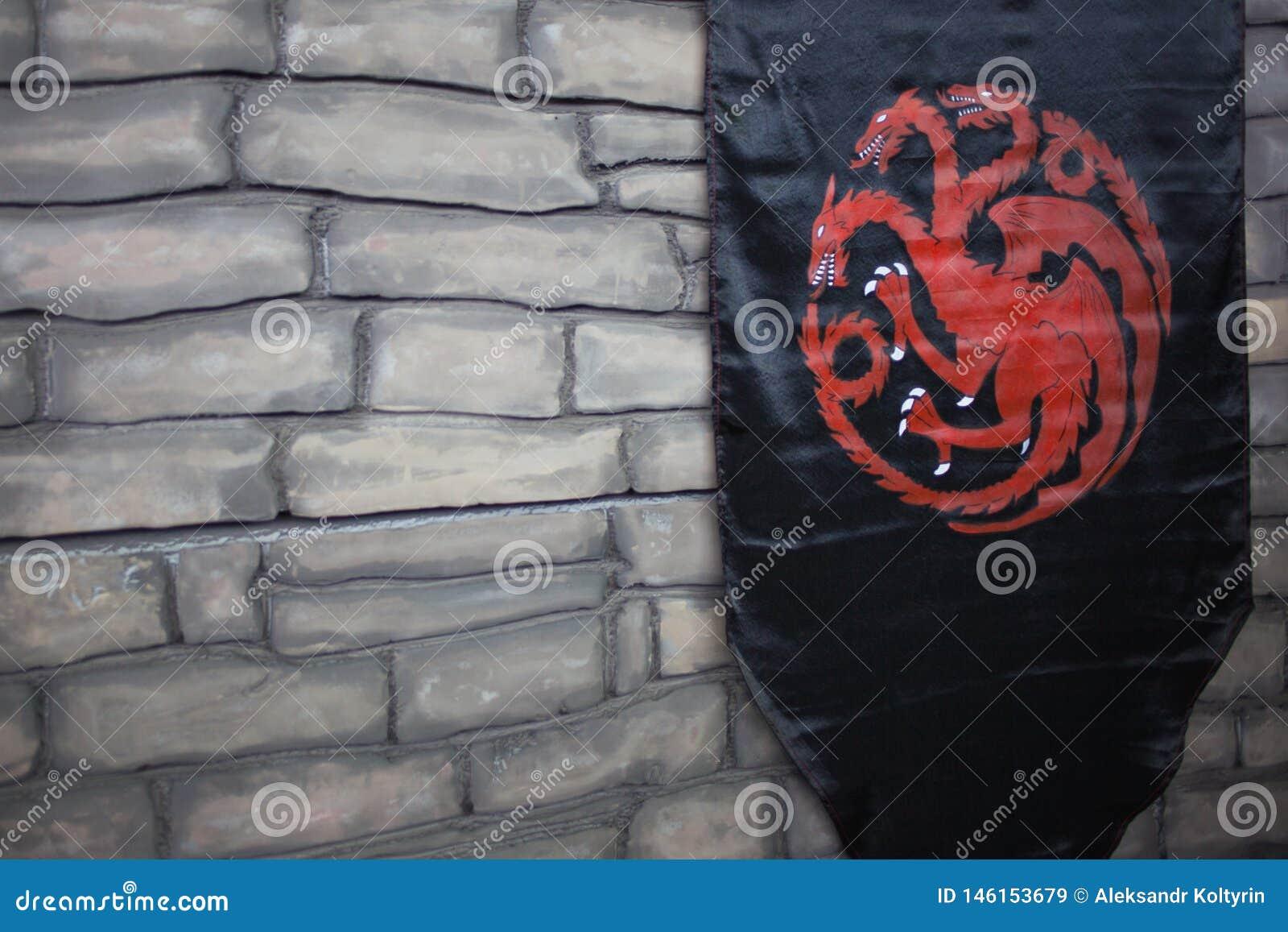 圣彼德堡,俄罗斯- 2019年4月27日:王位比赛,与Targaryen房子的旗子