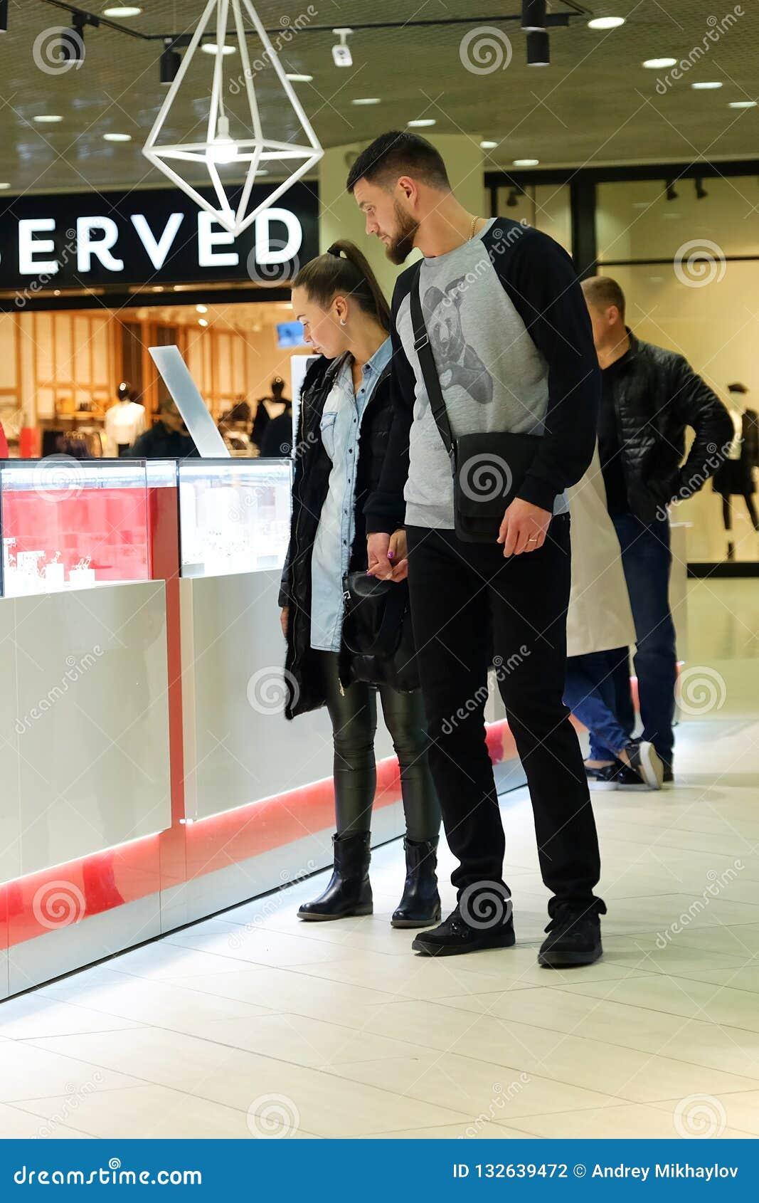 圣彼德堡 俄国 10 12 2018结合走在有购物的购物中心的人和女孩