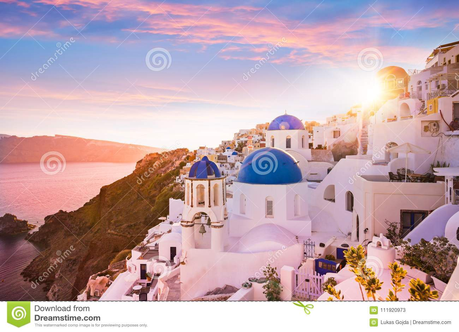圣托里尼,希腊蓝色圆顶教会的日落视图