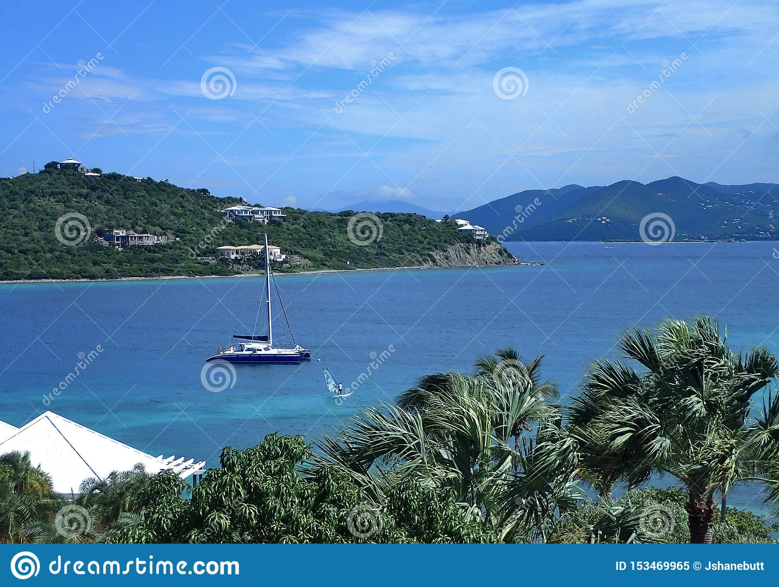 圣托马斯海滩在有美丽的天空蔚蓝的,明亮的大海美国英属维京岛