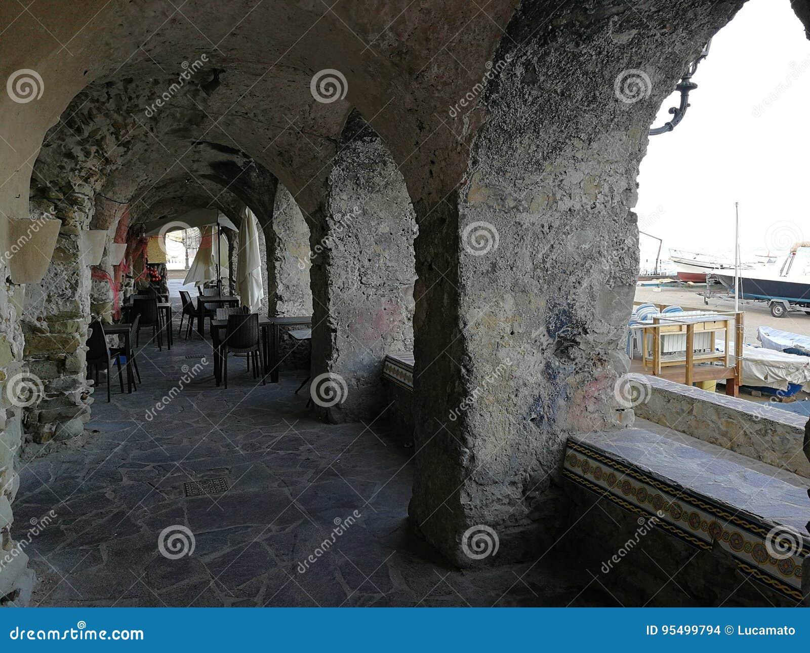 圣玛丽亚二卡斯泰拉巴泰-拱廊Le Gatte的瞥见