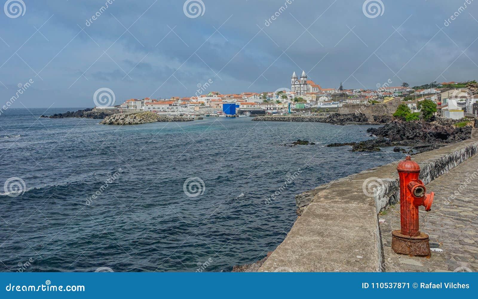 圣米格尔火山沿海城市的看法在Terceira海岛上的