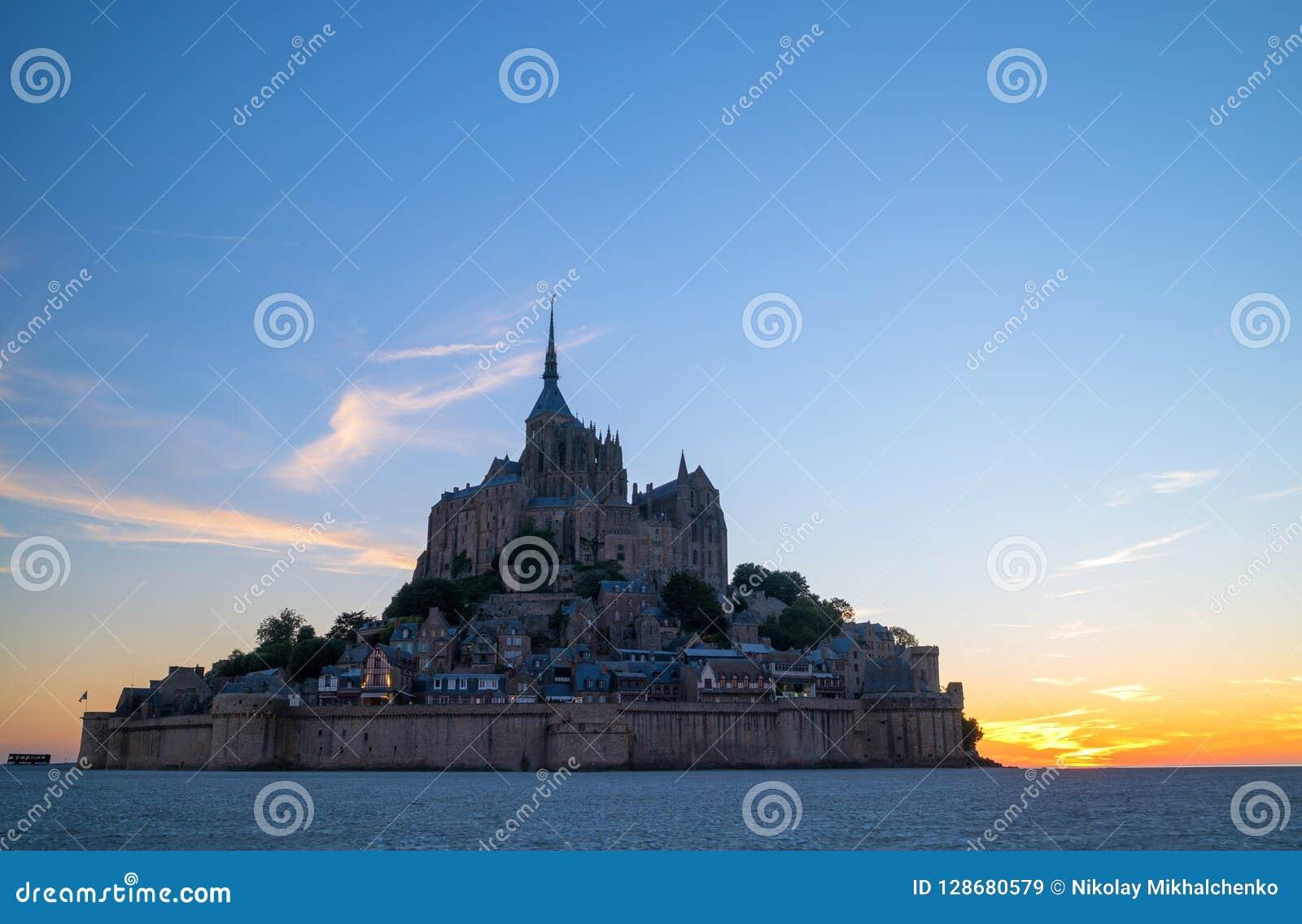 圣米歇尔山城堡惊人的看法在日落时间的 诺曼底