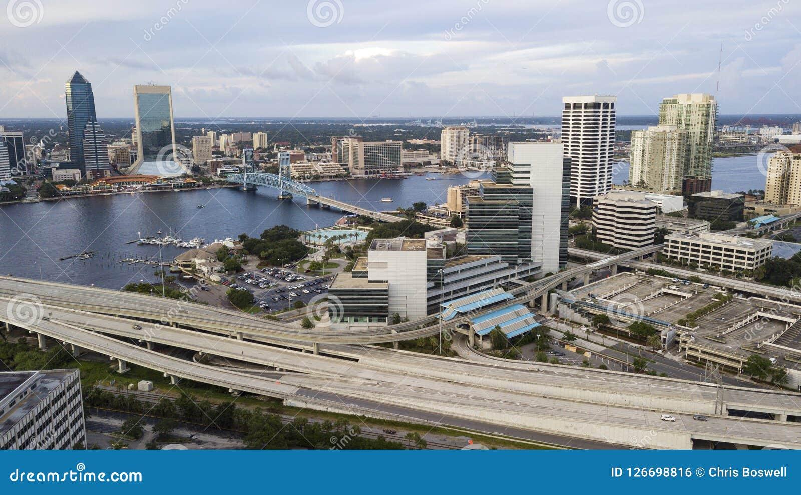 圣约翰斯河通过街市杰克逊维尔佛罗里达鸟瞰图的中心跑