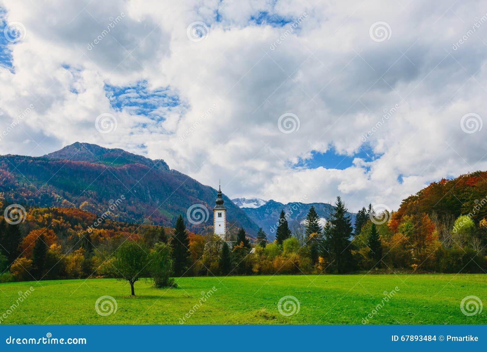 圣约翰著名教会五颜六色的秋季场面出色的意见Bohinj湖的浸礼会教友