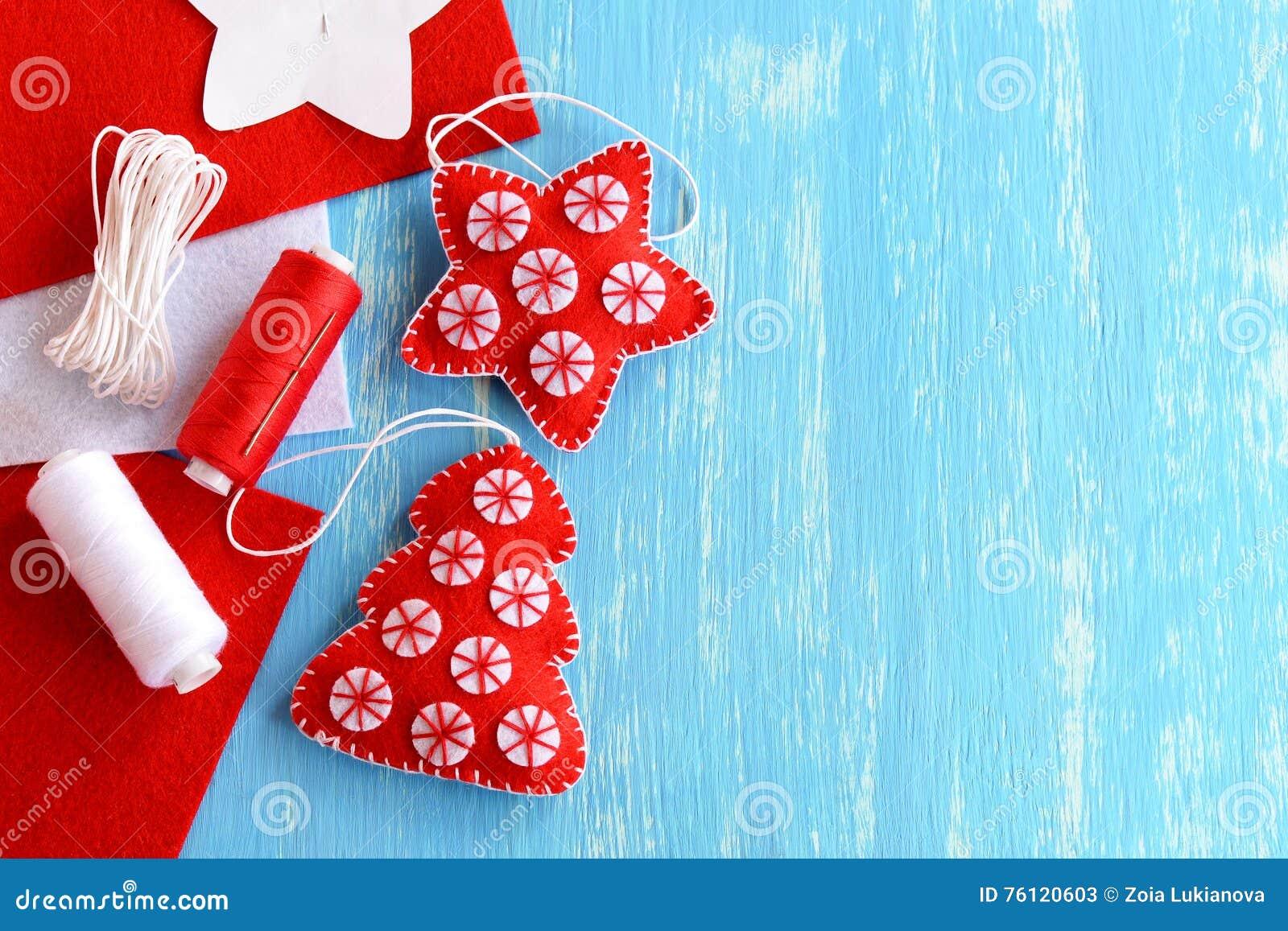 圣诞树和星由毛毡制成在与空白的蓝色木背景文本的 手工制造圣诞节玩具