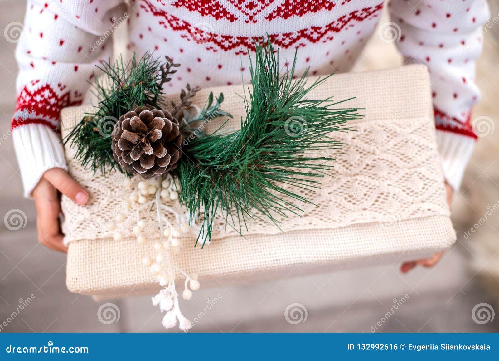 圣诞礼物箱子在儿童的手上 特写镜头