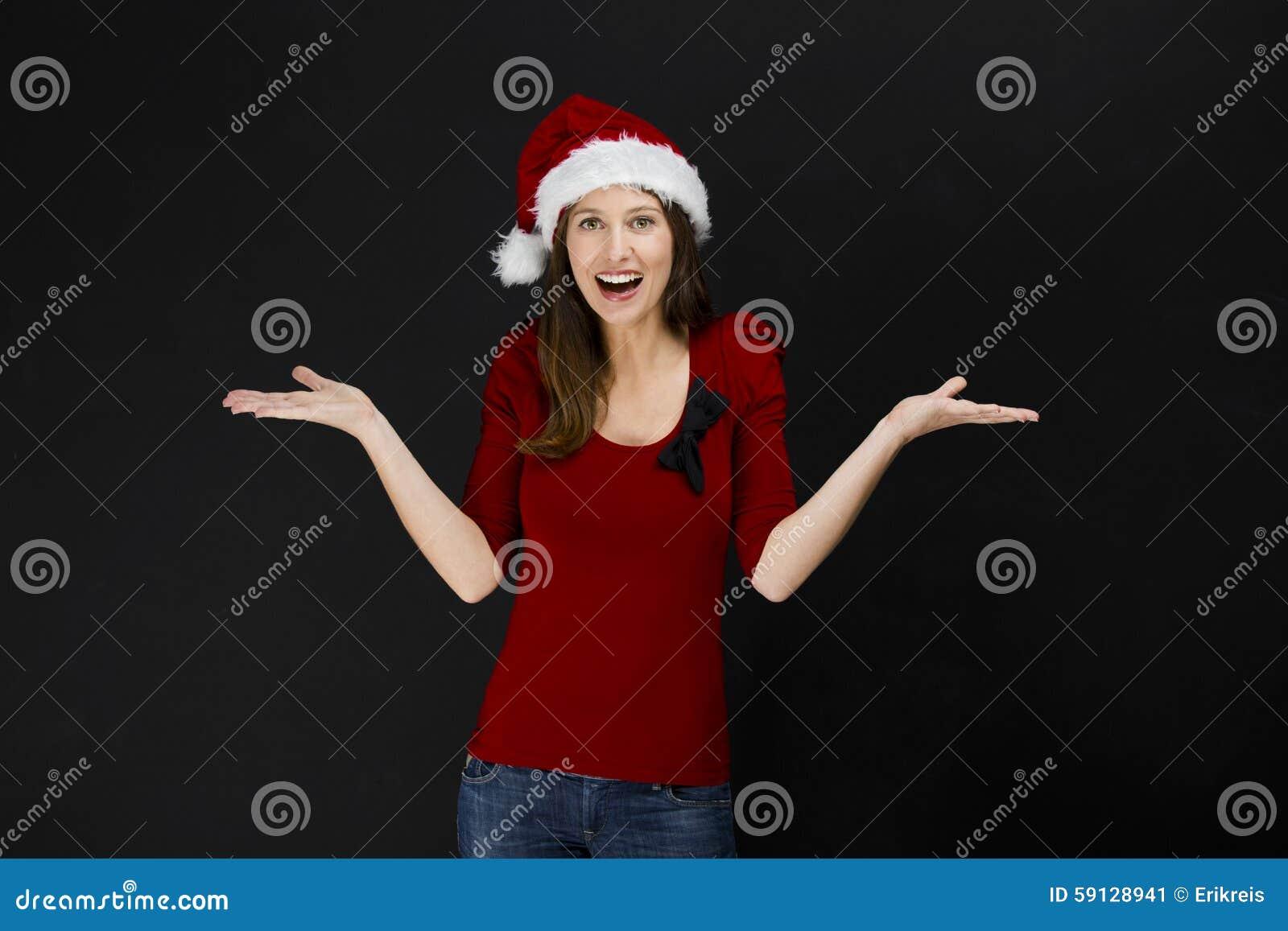 戴圣诞老人帽子的美丽的妇女