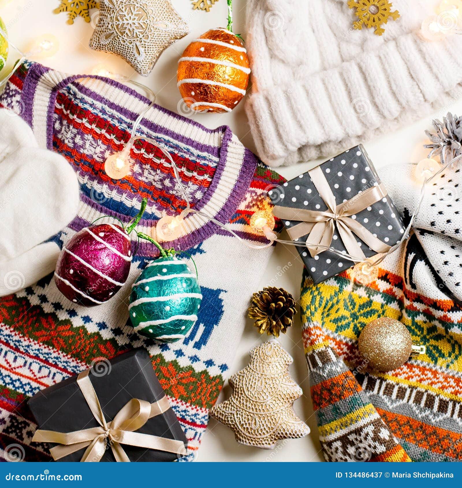圣诞节与圣诞节毛线衣、帽子、礼物和光的心情构成 冬天概念平的位置,顶视图