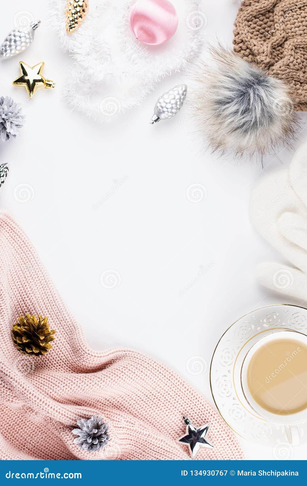 圣诞节与圣诞节毛线衣,帽子,热的饮料,装饰的心情构成 冬天概念平的位置,顶视图