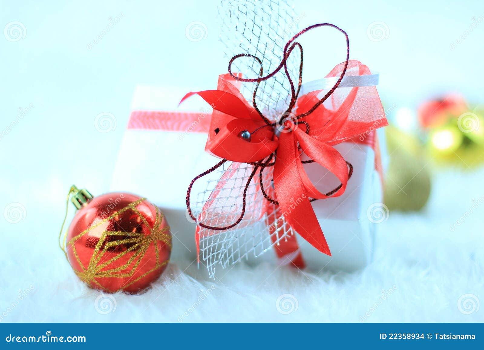 圣诞节与圣诞节球的礼物盒