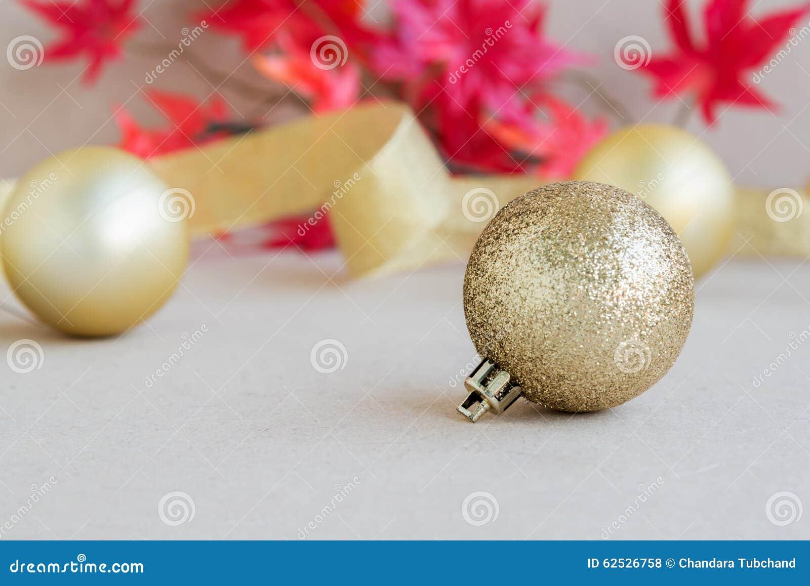 圣诞节与枫叶的球装饰